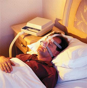 بیمار در حال استفاده از دستگاه  C-PAP